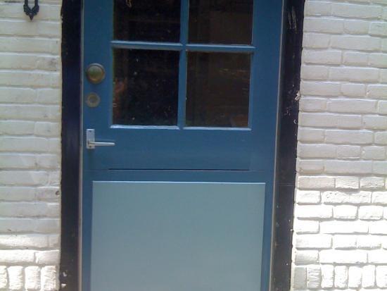 Vervangen van houten deur en deurkozijn.