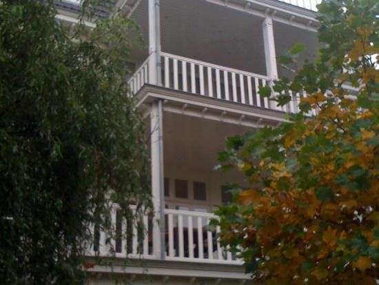 Klassieke aanbouw aan de achterzijde voorzien van klassieke kozijnen.