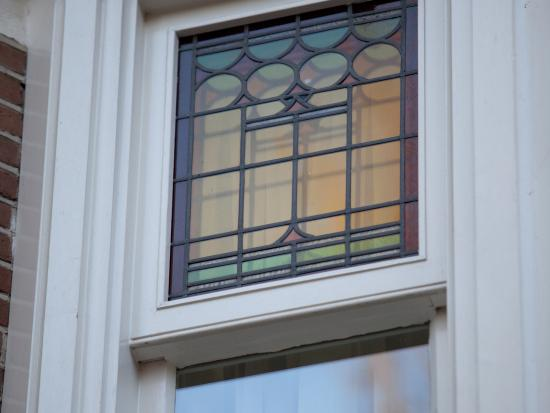Vervangen van de oude houten kozijnen en ramen, nieuwe voorzien van isolatieglas.