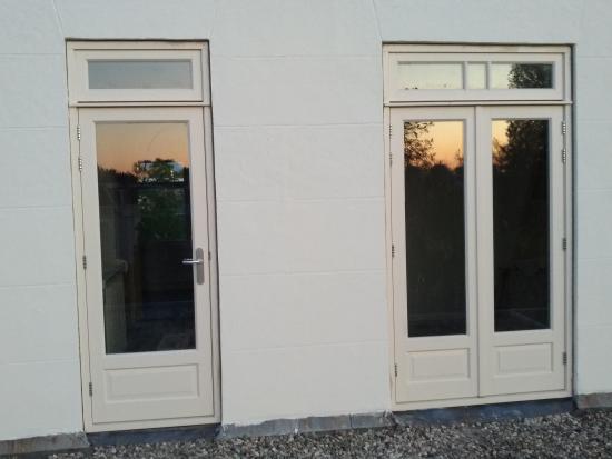 Nieuwe deuren aan de achterzijde van het pand.