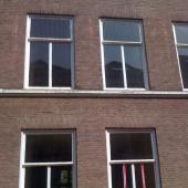 Vervanging van alle ramen. Zowel de vaste bovenlichten als de schuiframen.